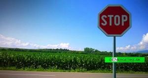 Značka STOP, kukurica, kukuričné pole